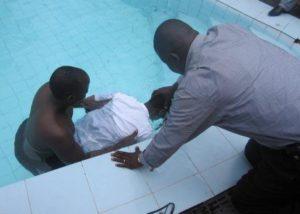 Крещение в Уганде - церковь празднует обращение к Богу 12 человек