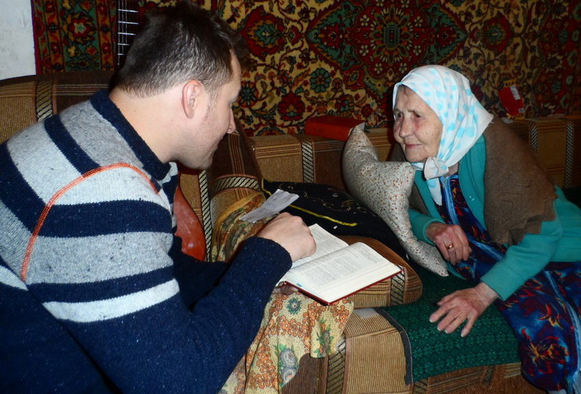 В Екатеринбурге крестилась женщина в возрасте 95 лет