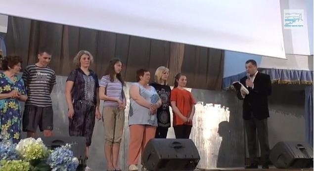 Просьба к Богу о чистой совести: В Киеве прямо на сцене крестились шесть человек