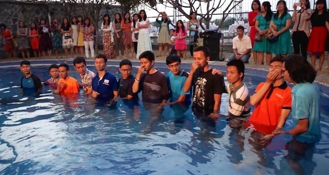 Крещение в Хошимине (Вьетнам) - 11 мужчин стали частью церкви за неделю