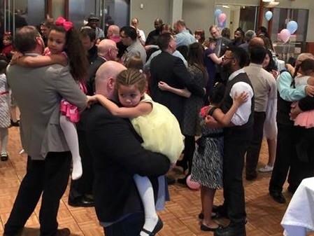 """Церковь в Милуоки устроила танцевальный вечер """"Папы и дочки"""""""